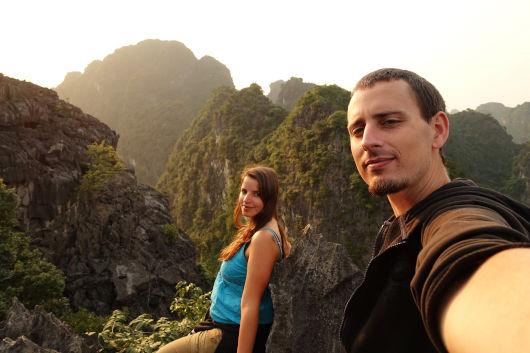 La cima de la montaña, esa aventura llamada vida que nos llevó a donde no queríamos. Foto en lo más alto de la montaña del templo Bich Dong Pagoda de Ninh Binh, en Vietnam