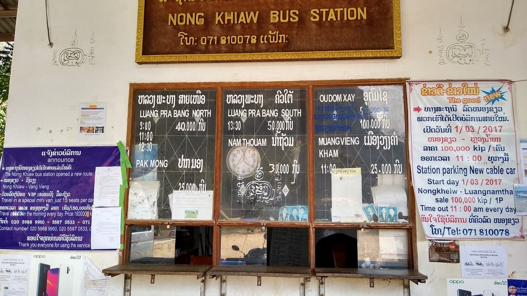 Información en la Estación de autobuses de Nong Khiaw con los destinos para continuar tu viaje, precios y horarios