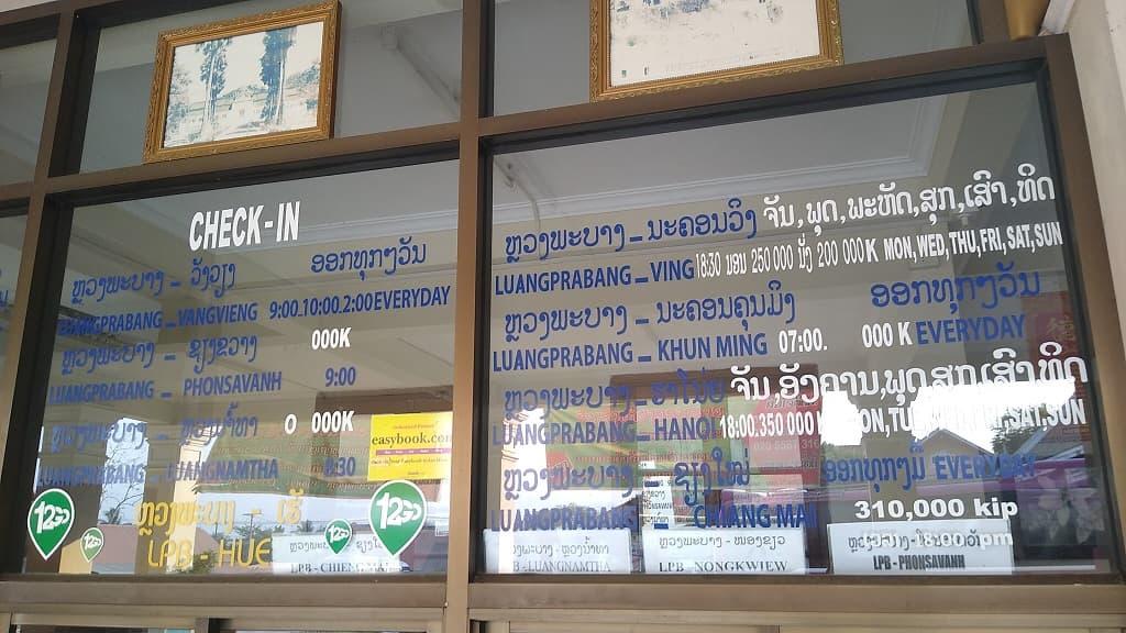Información en la Estación sur de autobuses de Luang Prabang con los destinos para continuar tu viaje, precios y horarios
